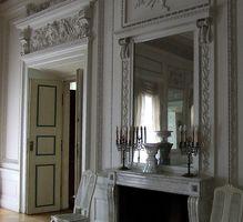 Sådan Wall Mount et stort spejl i stuen.