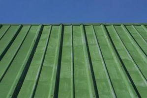 Farvevalg for malerarbejde et Metal tag på et gammelt hus
