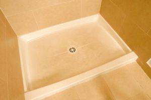 Hvor stor af et hul behøver du i et undergulv for et brusebad Drain?