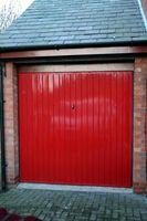 Hvad skal erstatte når et Garage døren er knitrende som det lukker og åbner?