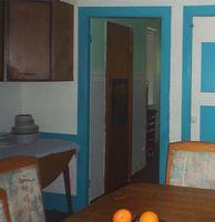 Hvordan til at bygge din egen køkken spisekammer med døre
