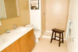 Hvordan man kan male små badeværelser med skrå vægge