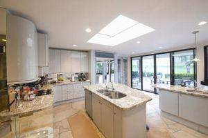 Hvad er den anbefalede afstand mellem et køkken Counter & en køkkenø?