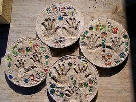 Hvordan man laver stepping sten ved hjælp af dit barns håndaftryk