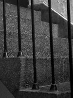 Sådan vedhæfte en trappe jernbane til en væg