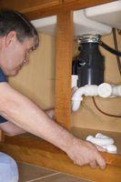 At få køkkenvask drænrør til linje op med bortskaffelse