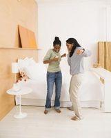 Hvordan man kan dekorere en piges værelse med brun træ og hvide møbler