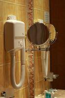 Hvordan til at bore et hul i keramiske badeværelse fliser