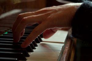 Hvordan at sætte stropper på et klaver Dolly