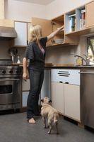 Udsmykning idéer til et lille køkken med et lavt til loftet