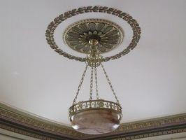 Hvordan kan jeg hænge Crown Royal Trim på et loft?