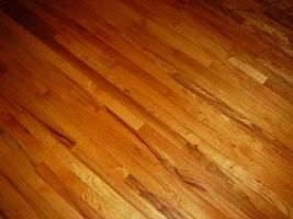 Hvordan man Refinish hårdttræ gulve kemisk