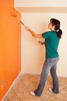 Hvordan man kan male en væg uden bobler kommer op efter ved hjælp af en valse