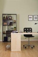 Hvordan man kan dekorere et hjemmekontor med sorte billedrammer