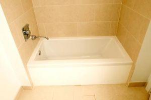 Hvordan du installerer flise i Bath badekar område