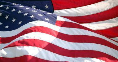 Hvad er den rigtige måde at vise et foldet Flag i en sag?