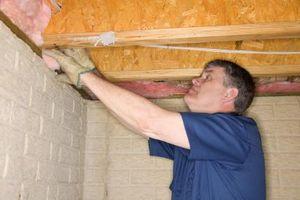 Hvordan du installerer isolering Under et hus