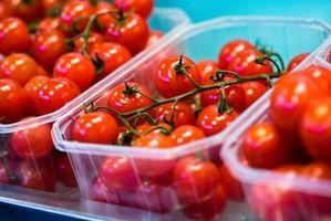 Hvordan til at plante tomater i baller hø