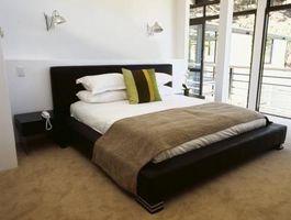 Hvordan du arrangerer et soveværelse sæt i forhold til balkon