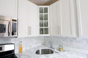 Lakering Kitchen Cabinets med en roterende Sander