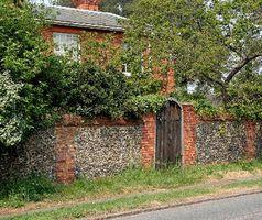 Er det sikkert at bruge blegemiddel i en have på mursten?