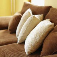 Hvordan man kan dekorere en lille lejlighed med en stor brun sofa