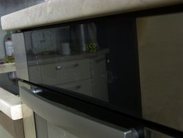 Hvordan du udskifter en KitchenAid ovn døren glas