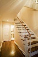 Hvordan til at hænge vægudsmykning ovenfor trapper