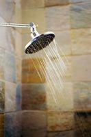 Sådan tilføjes en flise brusebad Grab barer
