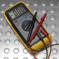 Sådan testes elektriske ledninger med en kontinuitet Tester