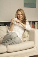 Hvordan man opbygger en plads omkring en hvid sofa & Beige tæppe