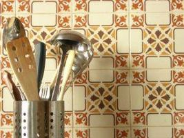 Hvordan til at fjerne fliser fra en køkken mur