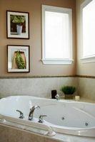 Hvordan man kan dekorere en Blank mur Over hjørne af et badekar