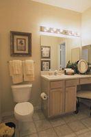 Remodeling & Antiquing et hvidt badeværelse forfængelighed