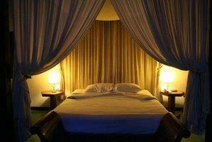 Hvordan til at hænge gardiner på en sengehimmel seng