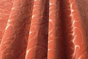 Hvad farve gardiner til at hænge i et soveværelse med en Bourgogne Accent væg?