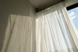 Hvordan du ændrer en pjusket brusebad gardin til et vindue gardin