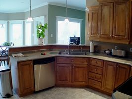 Sådan installeres en opvaskemaskine, før eller efter gulvbelægning