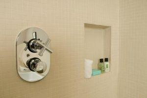 Sådan installeres forsænket hylder i et brusebad mur