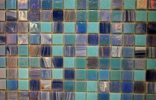 Hvordan til at designe et glas fliser Backsplash