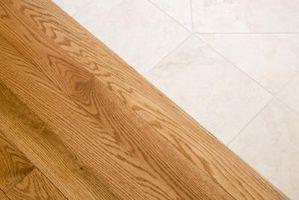 Hvordan du fjerner pletter på en eg gulv med peroxid