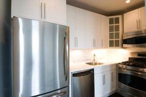 Hvordan at justere et køleskab afløb Pan