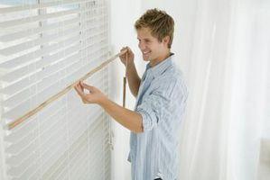 Hvordan til at hænge persienner i ulige vinduesrammer