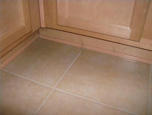 Hvordan du udskifter køkken kabinet Base Molding