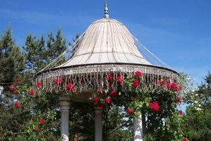 Ideer til dekorere haven Arbor med Garland