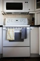 Sådan fjerner fastsiddende skruer fra toppen af en elektrisk ovn