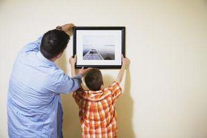 Hvordan man kan hænge kort på væggen med maling skader