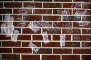 Sådan Paint Faux mursten pejs på en almindelig væg