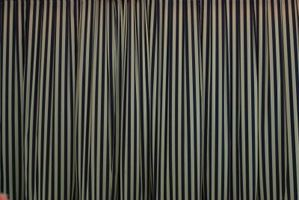 Hvordan man kan dekorere et sort-og-off-white-nålestribet soveværelse