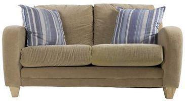 Hvordan at rengøre en våd Mark ud af en Microfiber ruskind sofa